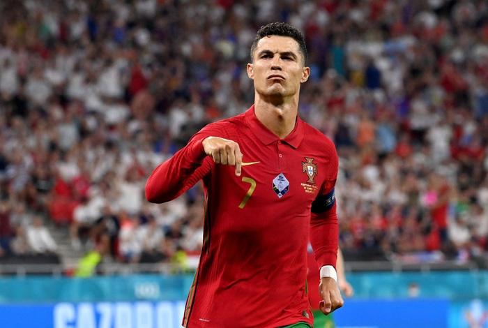 Chùm ảnh đẹp đỉnh quá trời của Ronaldo tại Euro, xuất sắc thế này thì các đàn em theo kịp làm sao đây? - Ảnh 5.