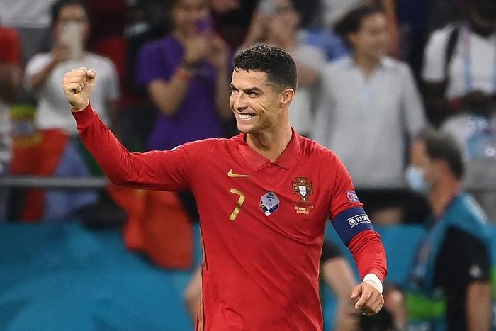 Chùm ảnh đẹp đỉnh quá trời của Ronaldo tại Euro, xuất sắc thế này thì các đàn em theo kịp làm sao đây? - Ảnh 3.