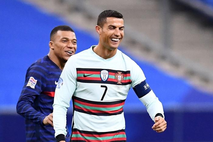 Mbappe và Ronaldo có hành động thân mật sau trận khiến fan bóng đá ngỡ ngàng - Ảnh 1.