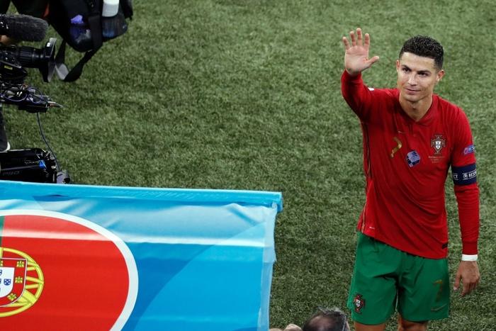 Chùm ảnh đẹp đỉnh quá trời của Ronaldo tại Euro, xuất sắc thế này thì các đàn em theo kịp làm sao đây? - Ảnh 7.