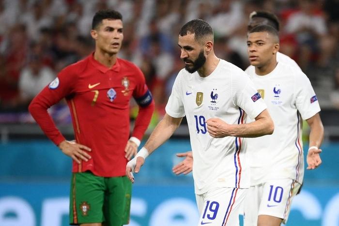 Mbappe và Ronaldo có hành động thân mật sau trận khiến fan bóng đá ngỡ ngàng - Ảnh 2.