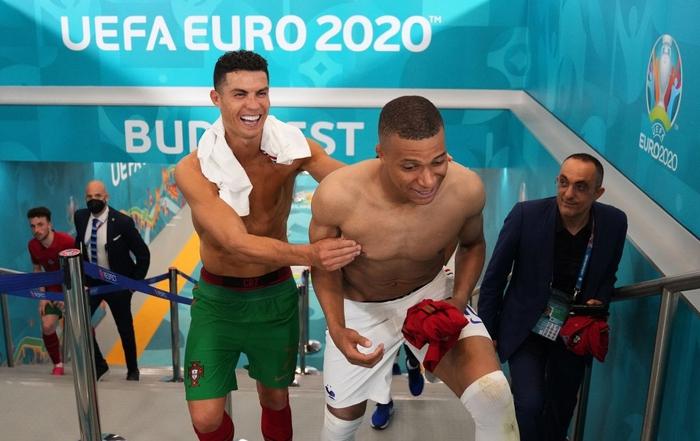 Mbappe và Ronaldo có hành động thân mật sau trận khiến fan bóng đá ngỡ ngàng - Ảnh 6.