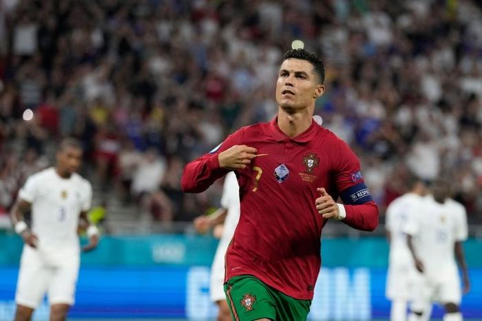 Chùm ảnh đẹp đỉnh quá trời của Ronaldo tại Euro, xuất sắc thế này thì các đàn em theo kịp làm sao đây? - Ảnh 4.