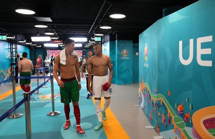 Mbappe và Ronaldo có hành động thân mật sau trận khiến fan bóng đá ngỡ ngàng - Ảnh 3.