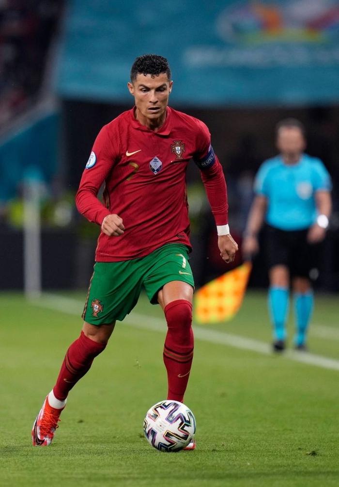Chùm ảnh đẹp đỉnh quá trời của Ronaldo tại Euro, xuất sắc thế này thì các đàn em theo kịp làm sao đây? - Ảnh 2.