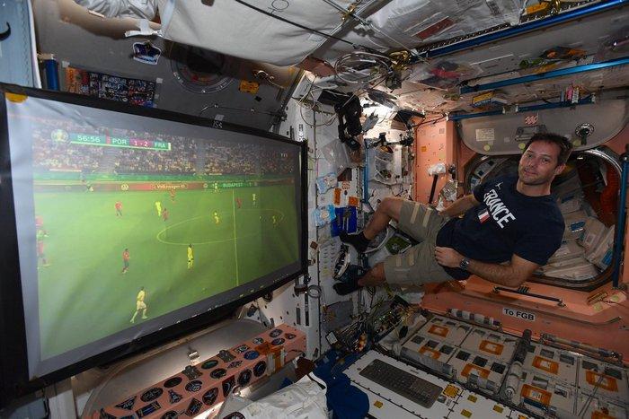 Sức hấp dẫn của Euro 2020 đã lan tỏa đến những người...bên ngoài Trái Đất - Ảnh 1.