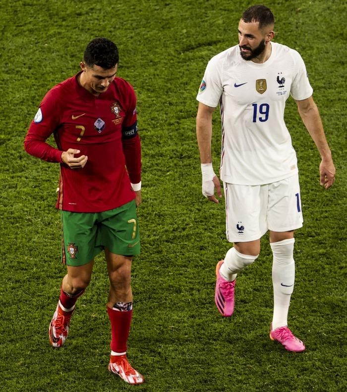 Ronaldo sử dụng bảo hộ ống đồng có in hình bạn gái - Ảnh 2.