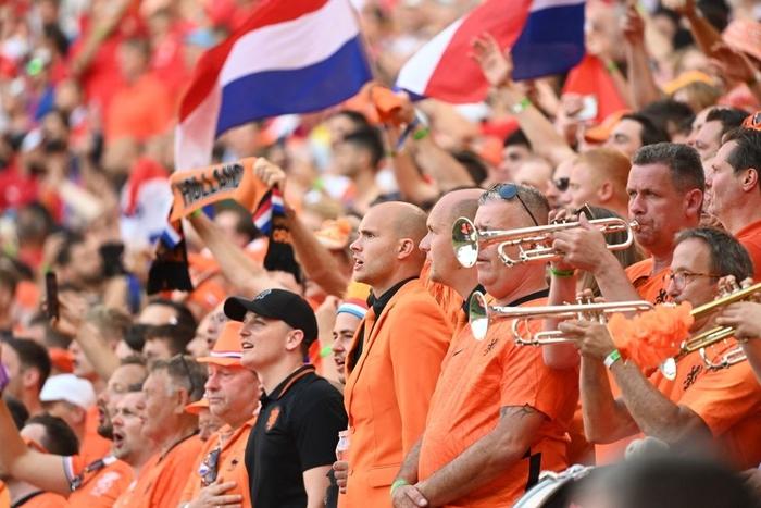 Hành trình cảm xúc của fan Hà Lan từ vui sướng tới thất vọng trong ngày đội nhà thua sốc trước CH Séc - Ảnh 4.