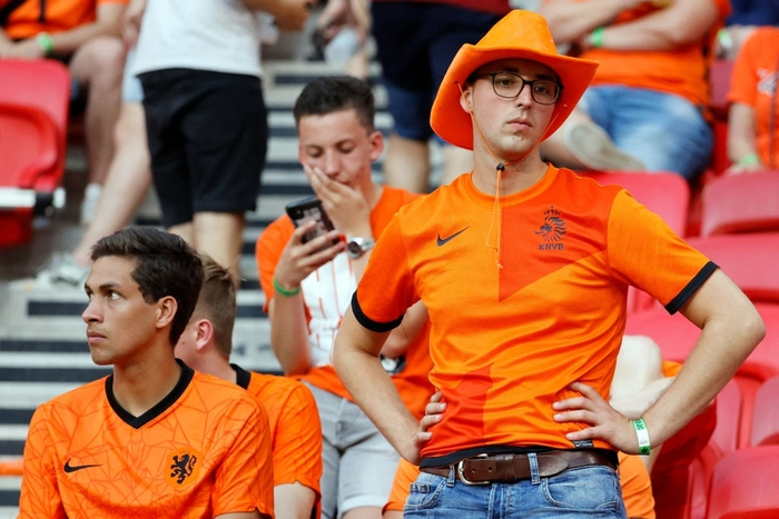Hành trình cảm xúc của fan Hà Lan từ vui sướng tới thất vọng trong ngày đội nhà thua sốc trước CH Séc - Ảnh 8.