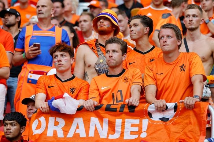 Hành trình cảm xúc của fan Hà Lan từ vui sướng tới thất vọng trong ngày đội nhà thua sốc trước CH Séc - Ảnh 7.