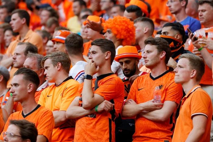 Hành trình cảm xúc của fan Hà Lan từ vui sướng tới thất vọng trong ngày đội nhà thua sốc trước CH Séc - Ảnh 6.