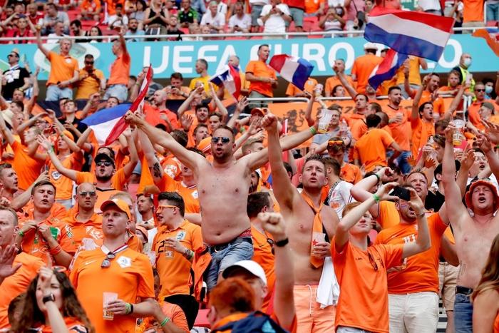 Hành trình cảm xúc của fan Hà Lan từ vui sướng tới thất vọng trong ngày đội nhà thua sốc trước CH Séc - Ảnh 5.