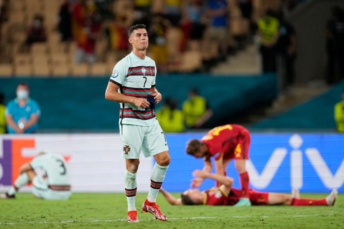 Hình ảnh buồn nhất hôm nay: Ronaldo thất vọng ném đi băng đội trưởng, lặng lẽ rời khỏi kỳ Euro có thể là cuối cùng trong sự nghiệp - Ảnh 5.