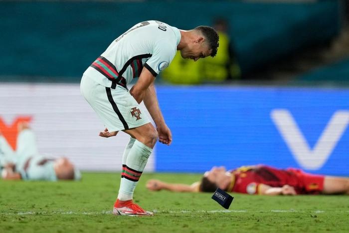 Hình ảnh buồn nhất hôm nay: Ronaldo thất vọng ném đi băng đội trưởng, lặng lẽ rời khỏi kỳ Euro có thể là cuối cùng trong sự nghiệp - Ảnh 3.