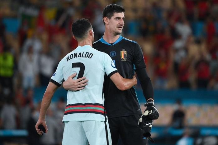 Hình ảnh buồn nhất hôm nay: Ronaldo thất vọng ném đi băng đội trưởng, lặng lẽ rời khỏi kỳ Euro có thể là cuối cùng trong sự nghiệp - Ảnh 6.