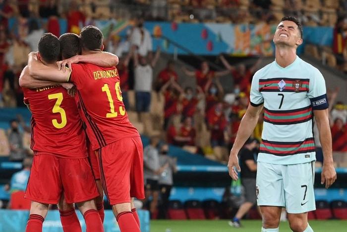 Hình ảnh buồn nhất hôm nay: Ronaldo thất vọng ném đi băng đội trưởng, lặng lẽ rời khỏi kỳ Euro có thể là cuối cùng trong sự nghiệp - Ảnh 1.