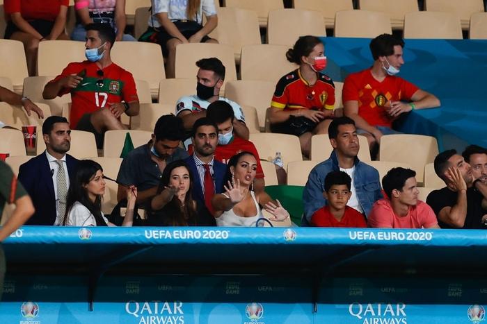 Bạn gái Georgina xuất hiện nóng bỏng trên khán đài, buồn rầu chứng kiến Ronaldo phải về nước sớm - Ảnh 4.