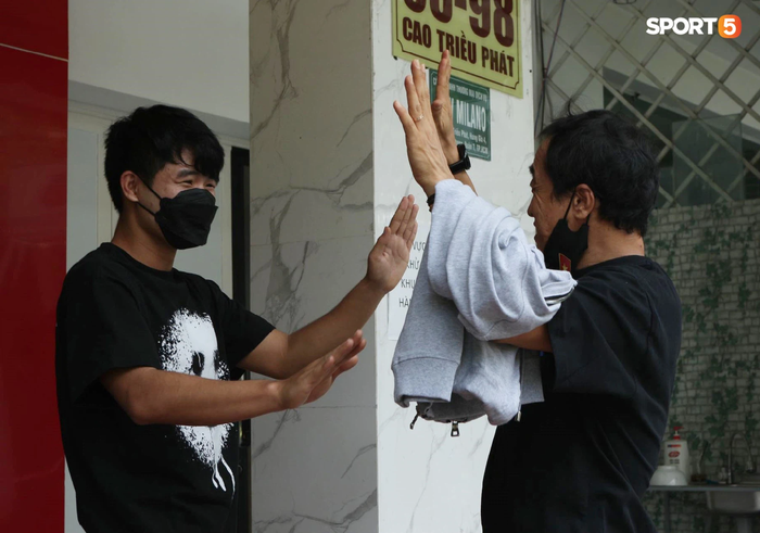 Cập nhật ĐT Việt Nam hoàn thành cách ly: Những cầu thủ cuối cùng rời khách sạn, bay ra Hà Nội vào chiều nay  - Ảnh 4.