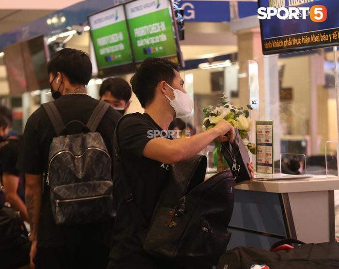 Đức Chinh xử phạt Đình Trọng khi nhảy nhót tại quầy check-in sân bay - Ảnh 2.