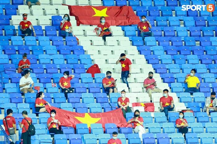 """Ấm lòng người Việt ở UAE tiếp lửa đội tuyển: """"Khi con người phải giữ khoảng cách, con tim càng xích lại gần"""" - Ảnh 2."""
