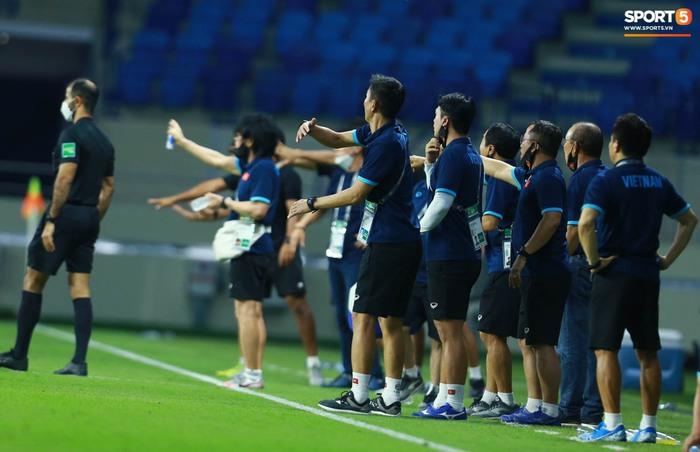 Những khoảnh khắc tuyệt đẹp của tuyển Việt Nam khiến người hâm mộ đổ rần rần - Ảnh 10.