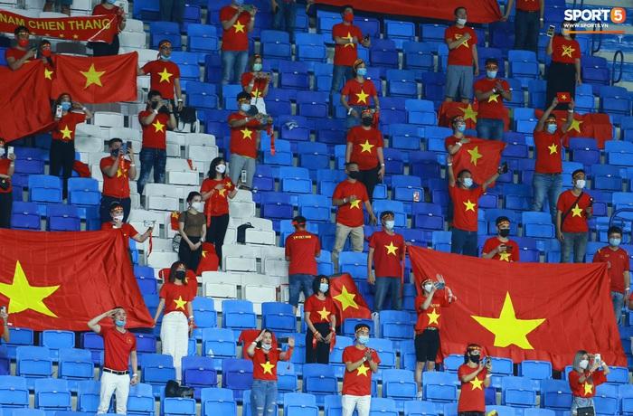 Những khoảnh khắc tuyệt đẹp của tuyển Việt Nam khiến người hâm mộ đổ rần rần - Ảnh 1.