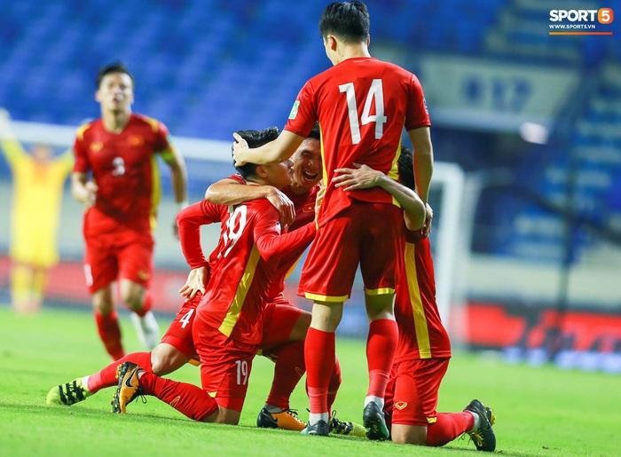 Những khoảnh khắc tuyệt đẹp của tuyển Việt Nam khiến người hâm mộ đổ rần rần - Ảnh 12.