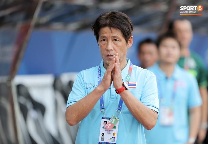 Người hâm mộ quay lưng, Chủ tịch LĐBĐ Thái Lan không đảm bảo tương lai cho HLV Akira Nishino - Ảnh 1.