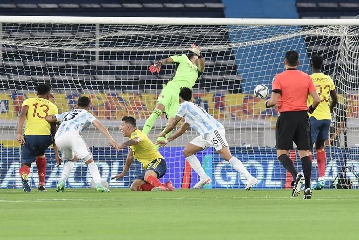 Messi tịt ngòi, tuyển Argentina đánh rơi 2 điểm ở giây cuối cùng - Ảnh 4.