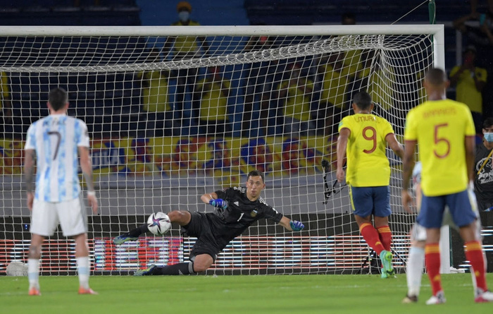 Messi tịt ngòi, tuyển Argentina đánh rơi 2 điểm ở giây cuối cùng - Ảnh 9.
