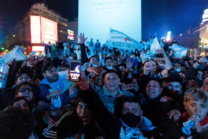 Biển người Argentina đổ ra đường mừng chiến tích lịch sử của Messi và đồng đội - Ảnh 4.