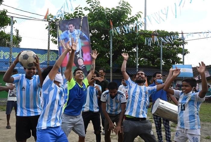 Lạ lùng fan châu Á đi bão mừng chiến thắng lịch sử của Messi và tuyển Argentina - Ảnh 6.