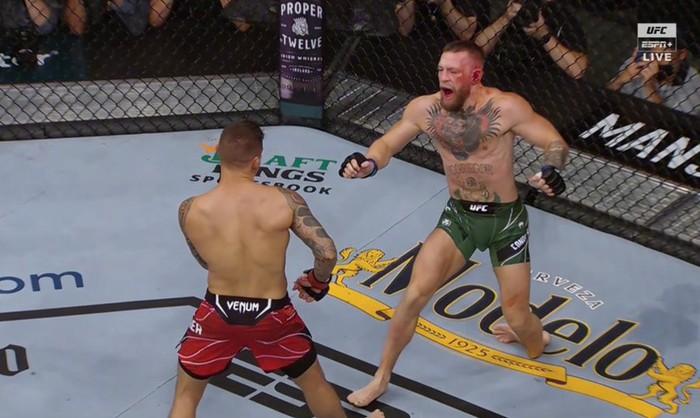 Võ sĩ MMA nổi tiếng nhất thế giới Conor McGregor gãy gập chân kinh hoàng tại UFC, cay đắng rời nhà thi đấu trên cáng - Ảnh 2.