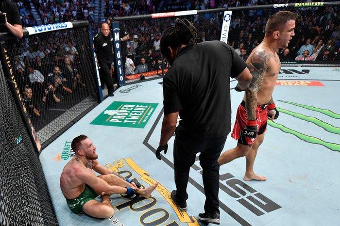 Võ sĩ MMA nổi tiếng nhất thế giới Conor McGregor gãy gập chân kinh hoàng tại UFC, cay đắng rời nhà thi đấu trên cáng - Ảnh 3.