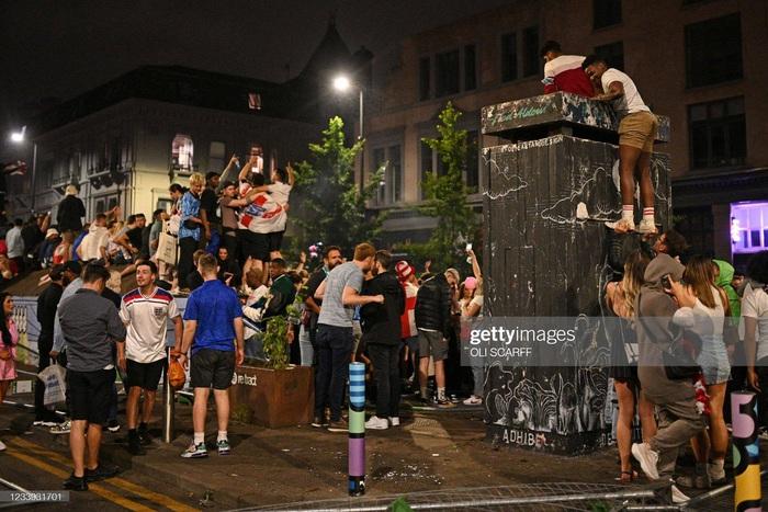 Bạo lực bùng phát sau chung kết Euro 2020 - Ảnh 1.