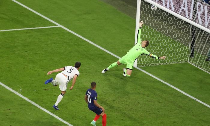"""Nhìn lại 11 tình huống """"đốt lưới nhà"""" của các cầu thủ tại Euro 2020 - Ảnh 6."""