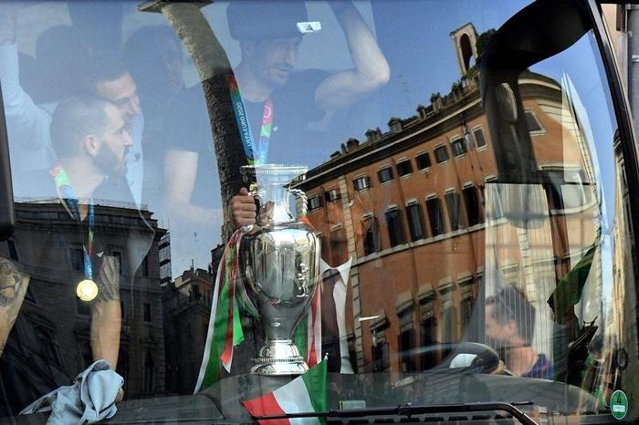 Italy diễu hành mừng chức vô địch Euro 2020 - Ảnh 2.