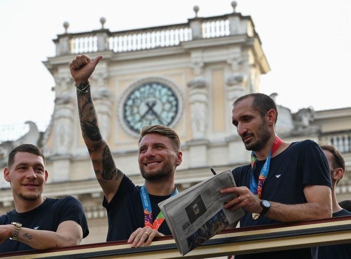 Italy diễu hành mừng chức vô địch Euro 2020 - Ảnh 8.