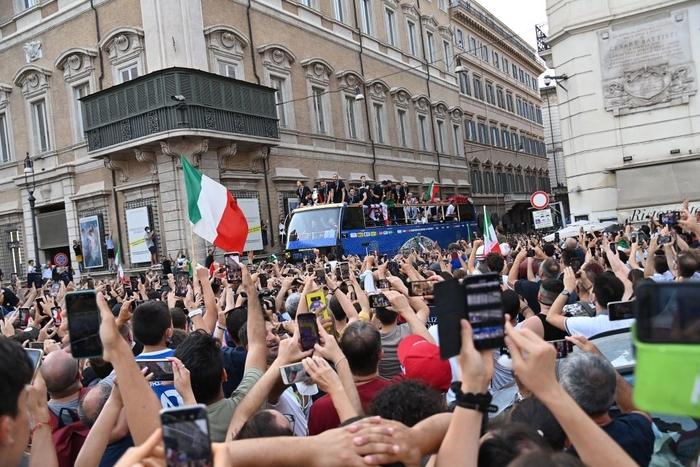 Italy diễu hành mừng chức vô địch Euro 2020 - Ảnh 5.