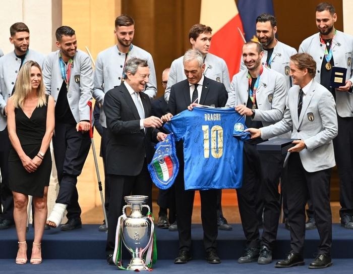 Italy diễu hành mừng chức vô địch Euro 2020 - Ảnh 1.
