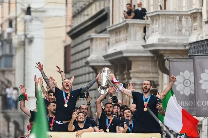 Italy diễu hành mừng chức vô địch Euro 2020 - Ảnh 3.