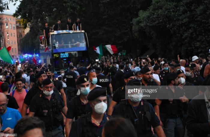 Italy diễu hành mừng chức vô địch Euro 2020: Cầu thủ cầm pháo sáng - Ảnh 10.