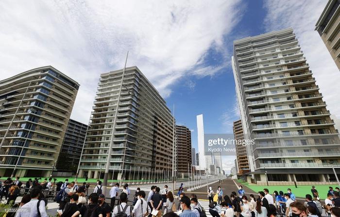 Làng vận động viên của Olympic Tokyo 2021 mở cửa trong ảm đạm - Ảnh 1.