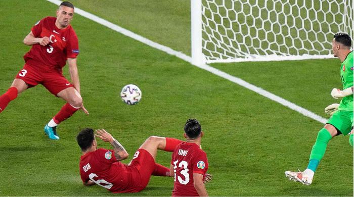 """Nhìn lại 11 tình huống """"đốt lưới nhà"""" của các cầu thủ tại Euro 2020 - Ảnh 1."""