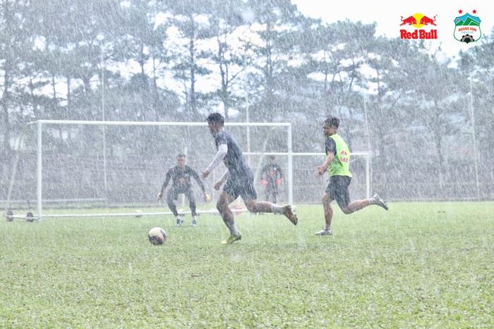 Hoàng Anh Gia Lai đá nội bộ giữa mưa rào, đội của Công Phượng thắng áp đảo - Ảnh 1.