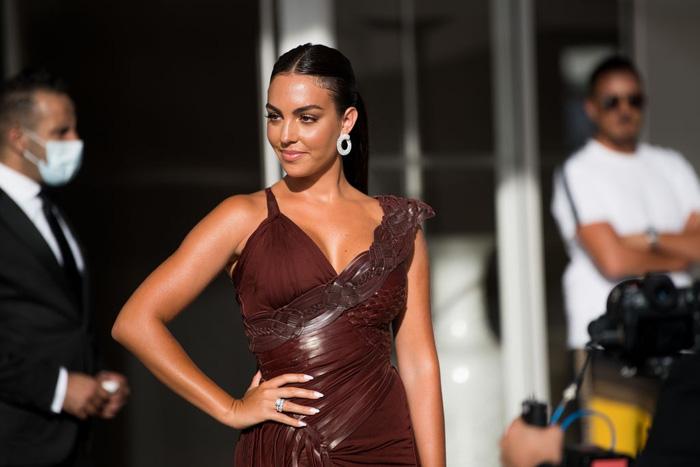 Không lâu sau khi tình tứ cùng Ronaldo trên du thuyền, Georgina bất ngờ đổ bộ LHP Cannes, chiếc nhẫn to bự trên tay gây chú ý - Ảnh 3.