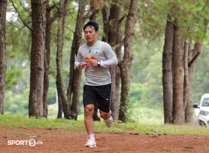 Cầu thủ Hoàng Anh Gia Lai bở hơi tai với bài tập thể lực cực nặng của HLV Kiatisuk - Ảnh 4.