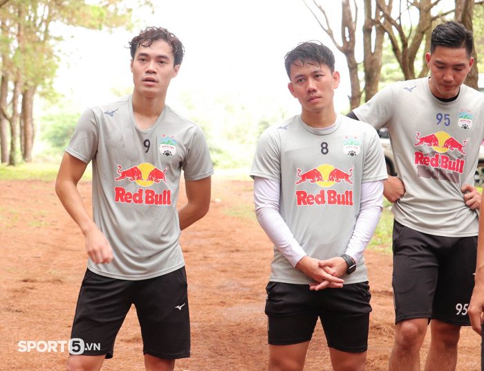Cầu thủ Hoàng Anh Gia Lai bở hơi tai với bài tập thể lực cực nặng của HLV Kiatisuk - Ảnh 2.