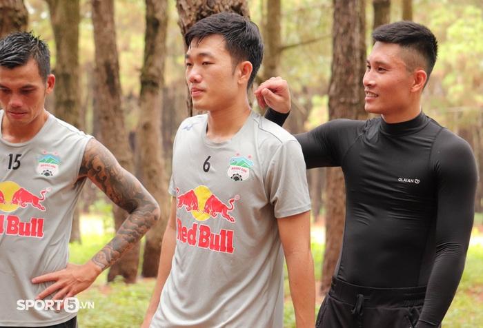 Cầu thủ Hoàng Anh Gia Lai bở hơi tai với bài tập thể lực cực nặng của HLV Kiatisuk - Ảnh 10.