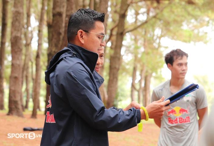 Cầu thủ Hoàng Anh Gia Lai bở hơi tai với bài tập thể lực cực nặng của HLV Kiatisuk - Ảnh 1.